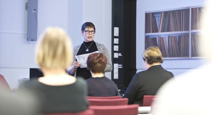 Kela järjestää Kuntaliiton kanssa vakuutuspiireittäin viisi toimeentulotuen siirtoon liittyvää tilaisuutta. Kuntaliiton Ellen Vogt toimi puheenjohtajana Tampereella helmikuussa.