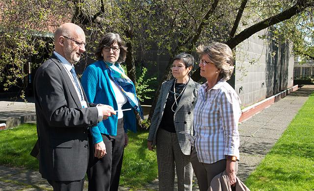 Olli Kankaan kanssa keskustelemassa Itävallan suurlähettiläs Elisabeth Kehrer, Meksikon suurlähettiläs Norma Bertha Pensado Moreno ja Portugalin suurlähettiläs Maria de Fátima de Pina Perestrello.