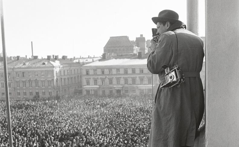 Yleislakkolaisia Senaatintorilla kevättalvella 1956.