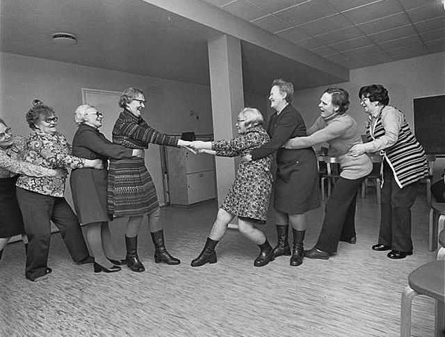 Rautu-Seuran järjestämiä leikkejä vanhuksille Käpyrinne-kerhossa Helsingissä 1970-luvulla.