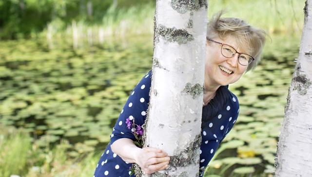 """""""Kotoa lähtiessäni joudun aina miettimään, miten pärjään. Tiedän reumaihmisiä, joille on suuri tapaus päästä paikalliseen Prismaan. Kuntoutuksen ansiosta elämäni on värikkäämpää"""", kertoo reumakuntoutuja Sinikka Lundberg."""