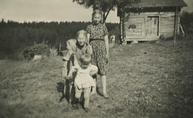 Aune Kauppinen (äärimmäisenä oikealla) muutti koululaisena setänsä perheeseen avuksi, kun sekä setä että täti olivat koulussa töissä.