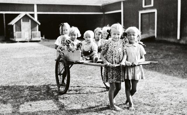 Ikäihmisten toimintakyky pystytään nykyään kartoittamaan hyvinkin tarkkaan. Kurikkalaislapset leikkivät Ala-Jyrässä sotakesänä 1942.