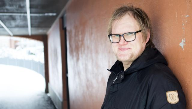 Riho Laurisaar on työskennellyt Tampereen kaupungin kulttuuripalveluissa kolme vuotta. Nyt työaikaa on supistettu ja hän saa soviteltua työttömyysturvaa.