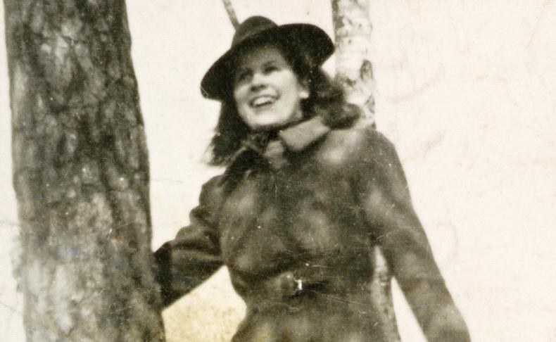 Aira Samulinilla on kuvassa äidin ompelema takki, joka on tehty jatkosodassa kaatuneen isän manttelista.