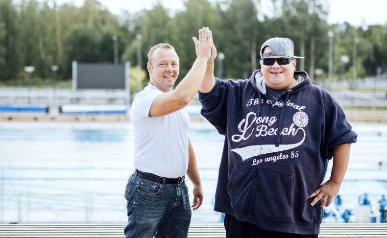 Hoiva-alan yrittäjä Antti Stenbäck (vas.) vie asiakastaan Tommi Korhosta säännöllisesti Leppävaaraan uimaan.