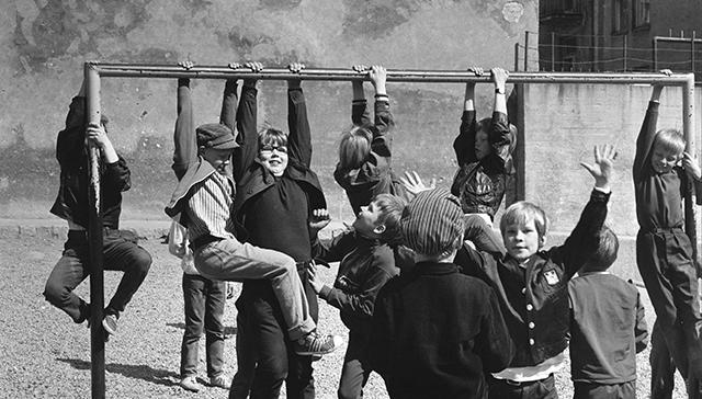Lapsia Kallion kansakoulun pihalla toukokuussa 1970.