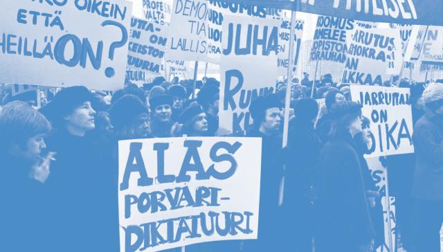 Mielenosoittajia plakaatteineen korkeakouludemokratiaa vaativassa mielenosoituksessa Eduskuntatalon edustalla 1970-luvulla.