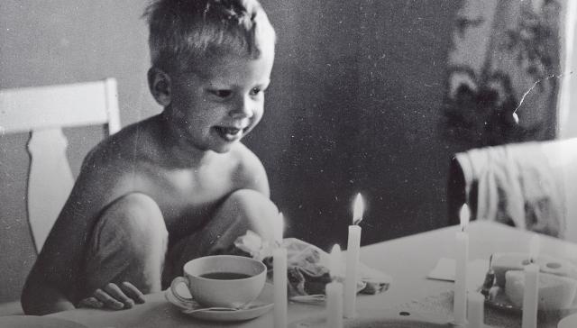 Vähävaraisempia perheitä autettiin, eikä siihen kiinnitetty erityistä huomiota, muistelee Pekka Sauri (kuvassa 6-vuotiaana).