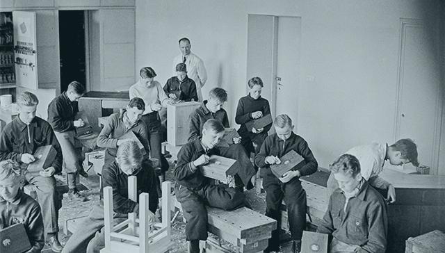 Aleksis Kiven kansakoulussa pidetään veistotuntia 1940-luvulla, kauan ennen peruskoulu-uudistusta.