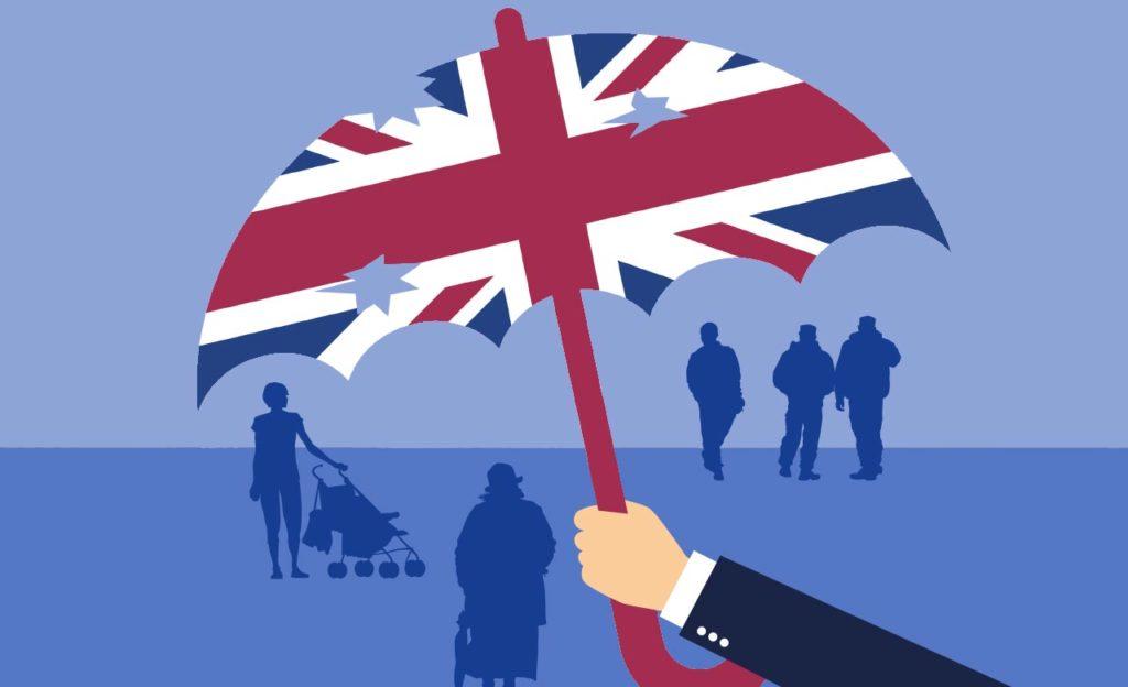 Britannian lipun värisen sateenvarjon alla on erilaisia ihmisiä varjohahamoina. Sateenvarjossa on reikiä ja sitä pitelee pukuhenkilön käsi.