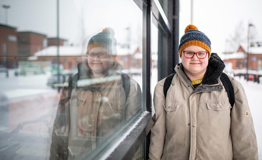 Mikkelin AMK:ssa opiskeleva Terppa Kuismin seisoo kampuksen ulkopuolella