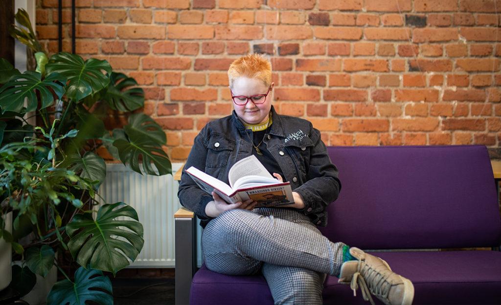 Mikkelin AMK:ssa opiskeleva Terppa Kuismin istuu ja lukee kampuksella.