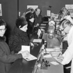 Historiakuva apteekista vuodelta 1965. Farmaseutit palvelevat asiakkaita oululaisessa apteekissa helmikuussa 1965.